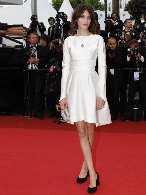 Белое платье черные туфли фото