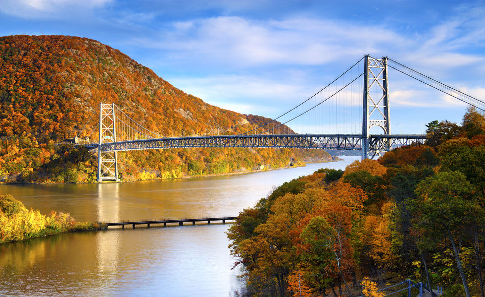 Само на кратко разстояние с кола или влак вози далеч от Ню Йорк, на Hudson Valley предлага лесен уикенд бягство от оживения градската джунгла.  Насладете се на живописните гледки, докато се навива по протежение на магистрала успоредно на река Хъдсън.  Променящите листата правят есента особено кани сезон, но през зимата е на второ място с величествената си хоризонт на сняг покрита планинските върхове.