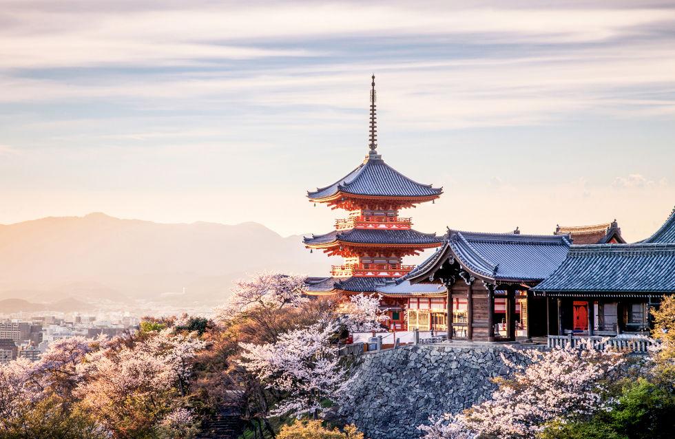 Дзен и спокойно, Киото е спираща дъха бягство със своята разпознаваема архитектура и древни храмове, които надничат по-горе върховете на дърветата.  Обърнете се вози надолу по Оказаки канал през пролетта за припадам-достоен поглед към изобилен цъфтеж черешовите цветове, които линия до водата.