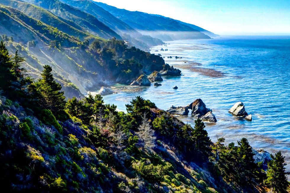 Вземете кола нагоре по ликвидация магистралата, която се простира по протежение на крайбрежието през Северна Калифорния.  Скалните скали и хладни сини тихоокеанските води са живописни, меко казано.  Има изобилие от възможности да се отбиеш и да вземат в мнението, плюс ще срещнете няколко горещи извори по протежение на пътя, трябва да се чувстват толкова склонни да се спре и да се потопите.