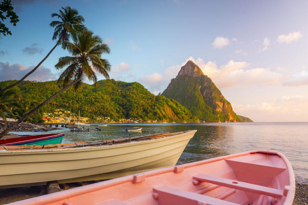 уникални природни и културни забележителности Св Лусия го отличават от своите карибски колеги.  На мястото на всички, включително търговски, хотели, имате луксозни курорти, които предлагат възможност за седене на апартамента и първокласни удобства.  Отвъд стандарта заклещени върху живописни плажове, можете да ходя на екскурзия какви клинове или се отпуснете в Серни Спрингс.  И в събота и неделя, улични фестивали са идеалният начин да се вземе в малко автентичен Св Lucian култура и кухня.